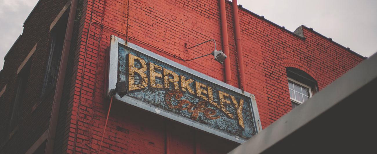 Un batiment de briques rouges avec un panneau Berkeley particulièrement visuelle